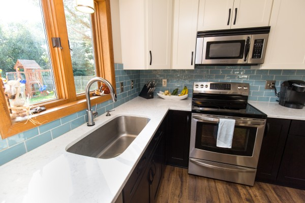 Kitchen Color Quartz Counter Top and Backsplash